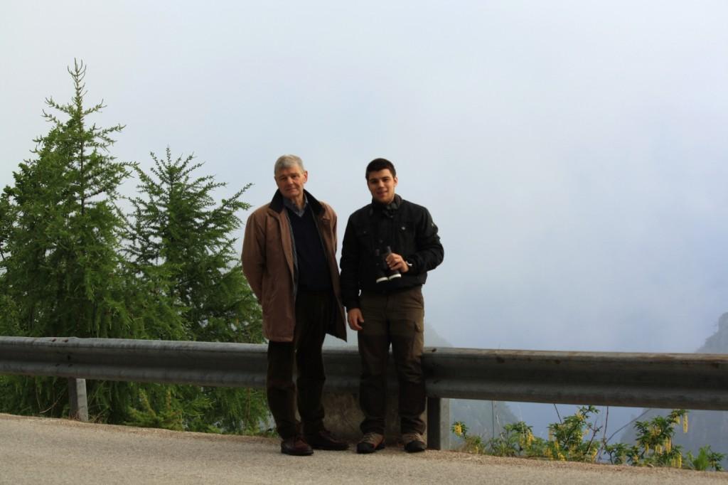Giulio e Giovanni, sulla curva della strada di Tonezza